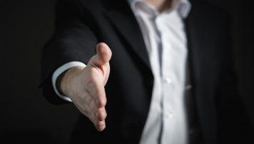Person gibt Hand, soziodemografische Daten bei Mitarbeiterbefragung