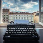Schreibmaschine vor offenem Fenstter Unternehmensgeschichte