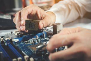 Technische Arbeitsplatte Hände arbeiten
