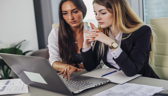 zwei Frauen arbeiten am PC Einladung Mitarbeiterbefragung