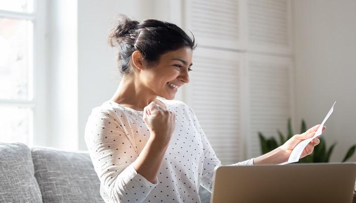 Frau freut sich Kundenzufriedenheit
