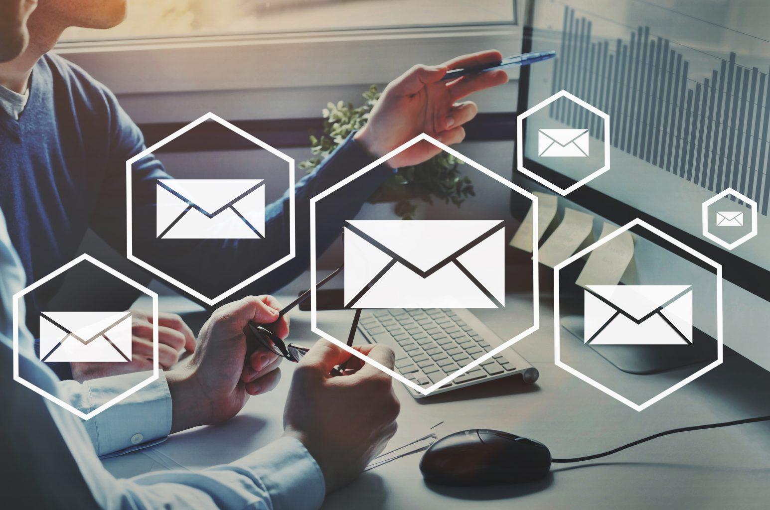 PC mit Diagramm Mail-Icons verteilt Rücklaufquoten