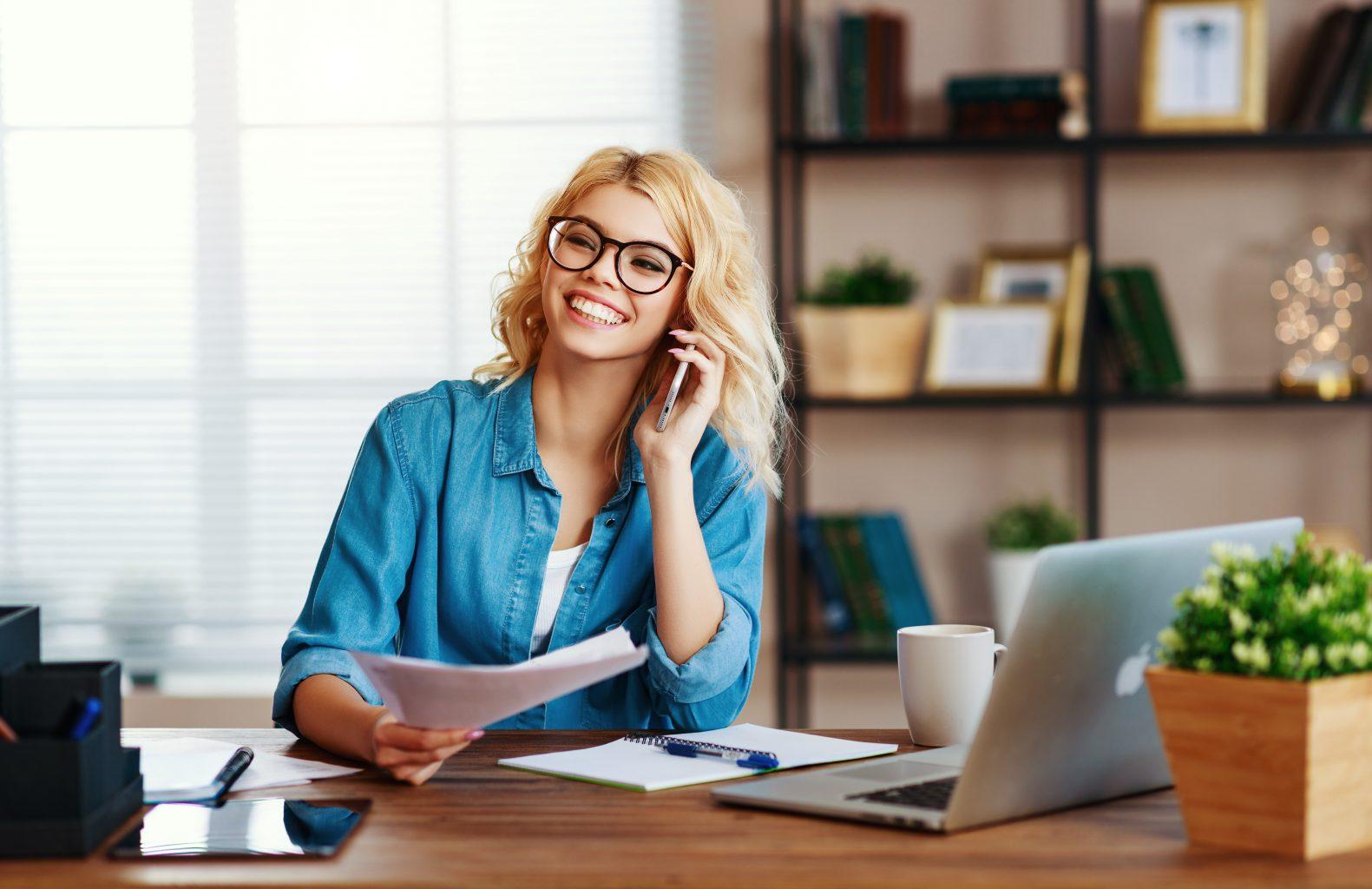 Home-Office glückliche Frau am Telefon