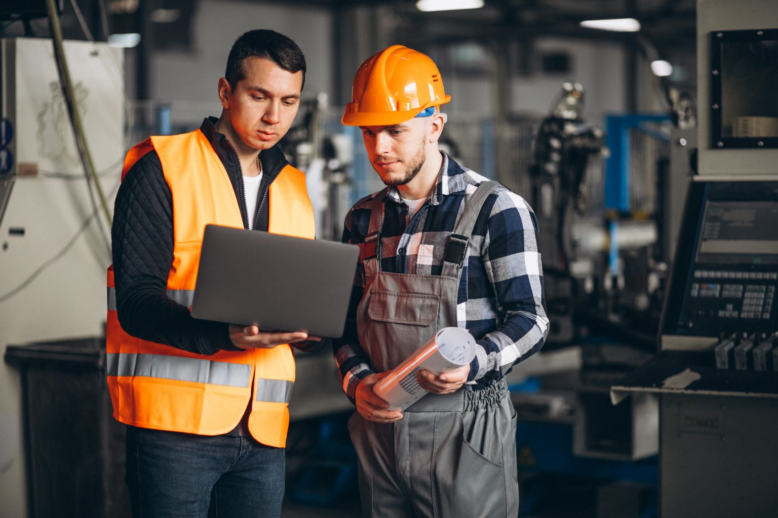 Zwei Mitarbeiter aus der Industrie