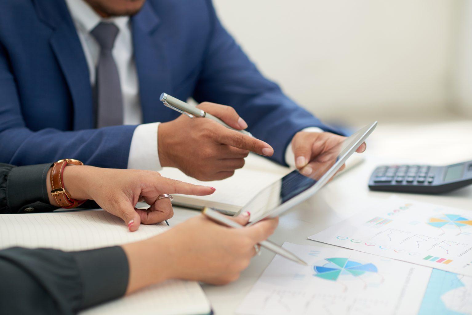 Geschäftsleute besprechen Ergebnisse Gefälschte Fragebögen