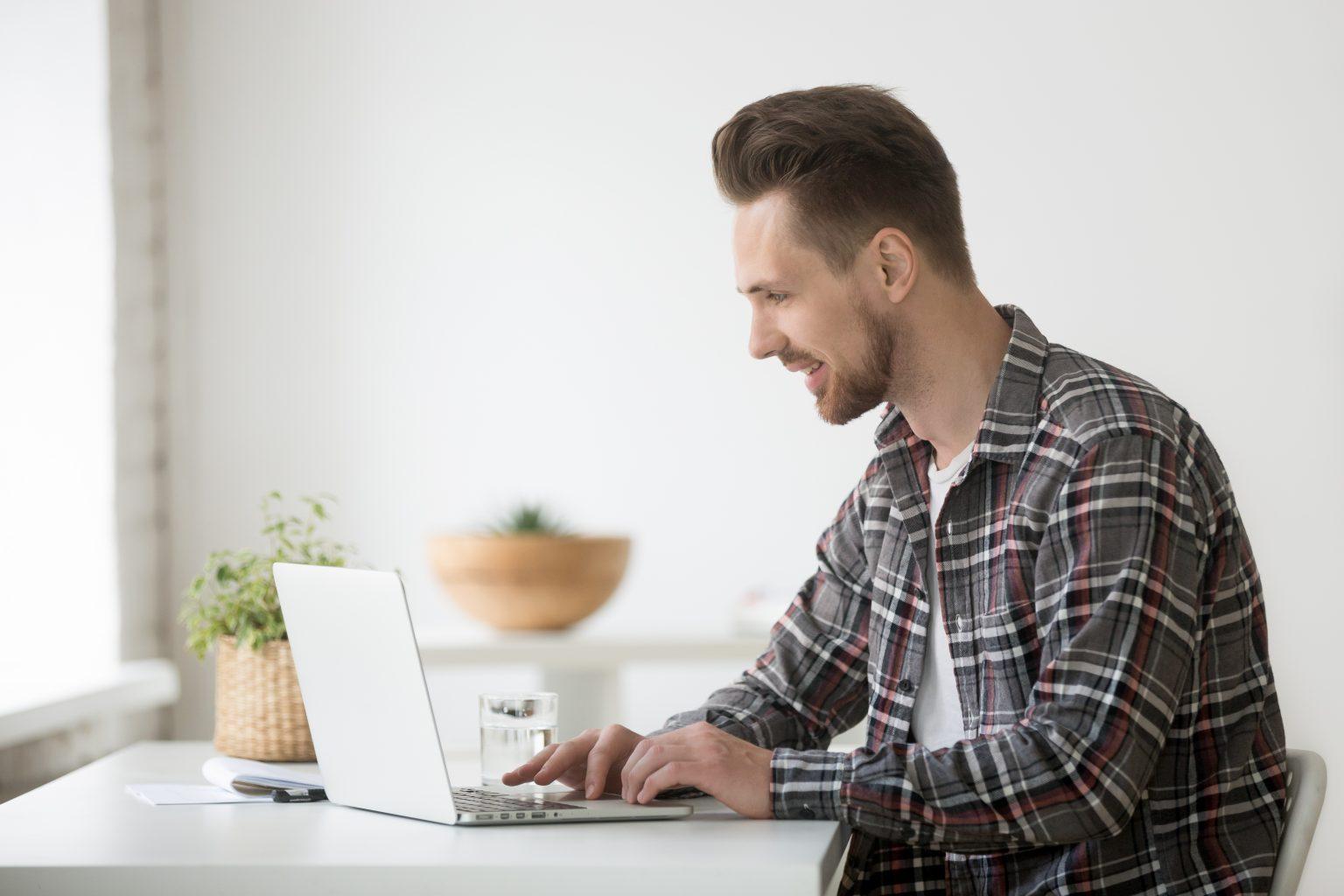 Mann an PC
