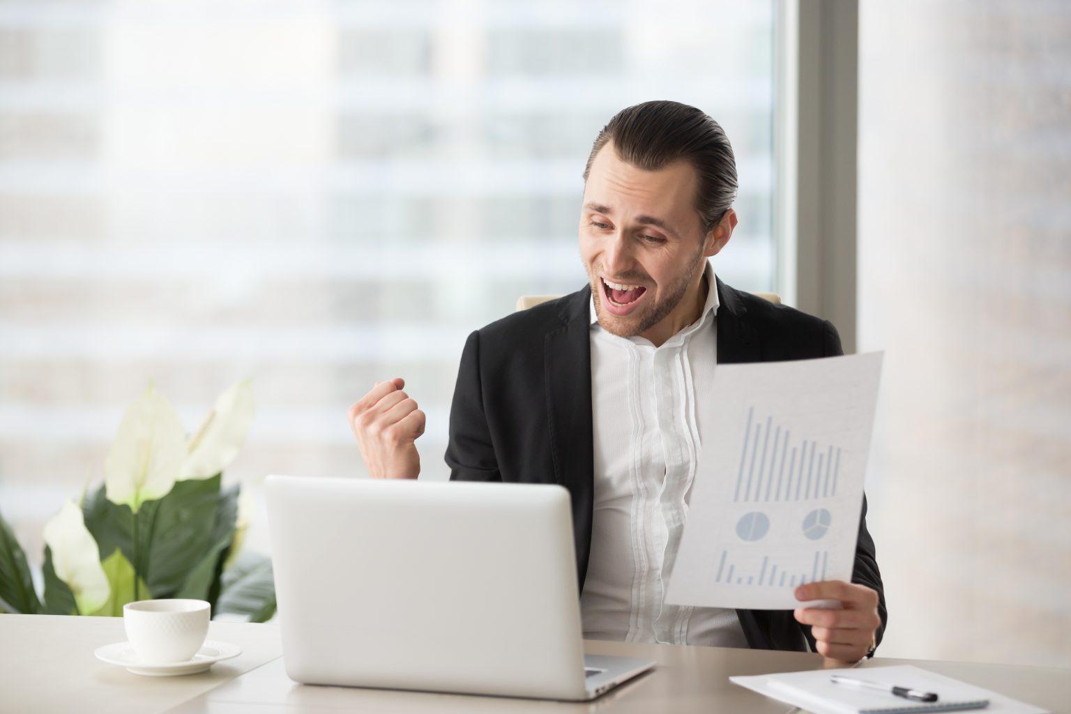 Geschäftsmann freut sich über Ergebnisse
