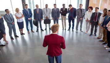 Führungskräft in der Mitte seiner Kollegen 360-Grad-Feedback