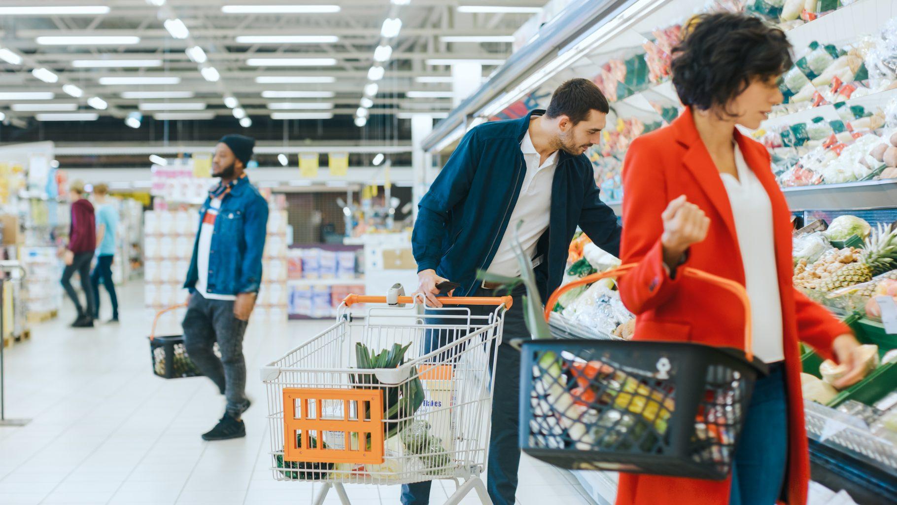 Personen bei Einkaufen im Supermarkt