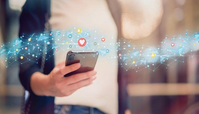 Social Meida Icons Frau am Handy Monitoring