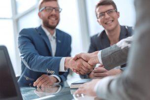 Geschäftsleute Hände schütteln