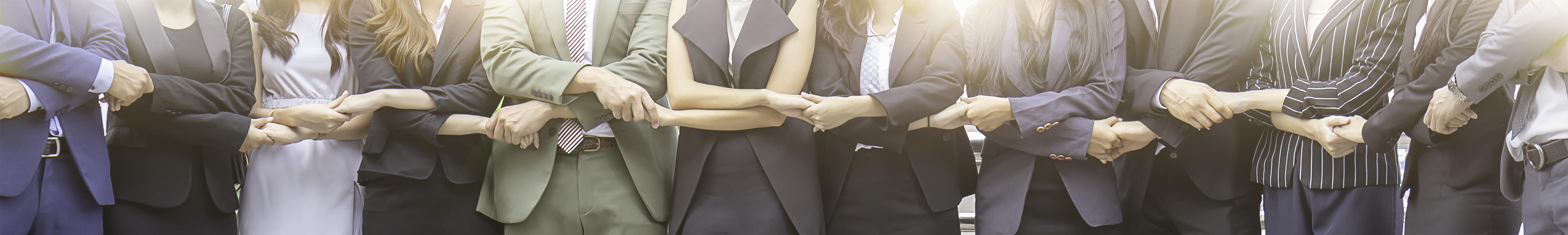 Team Geschäftsleute halten sich an den Händen fest