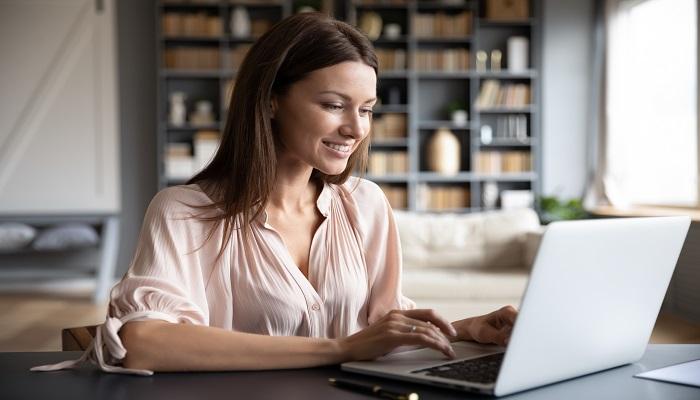 Frau surft am Laptop Panel Teilnehmerdaten Übertragung