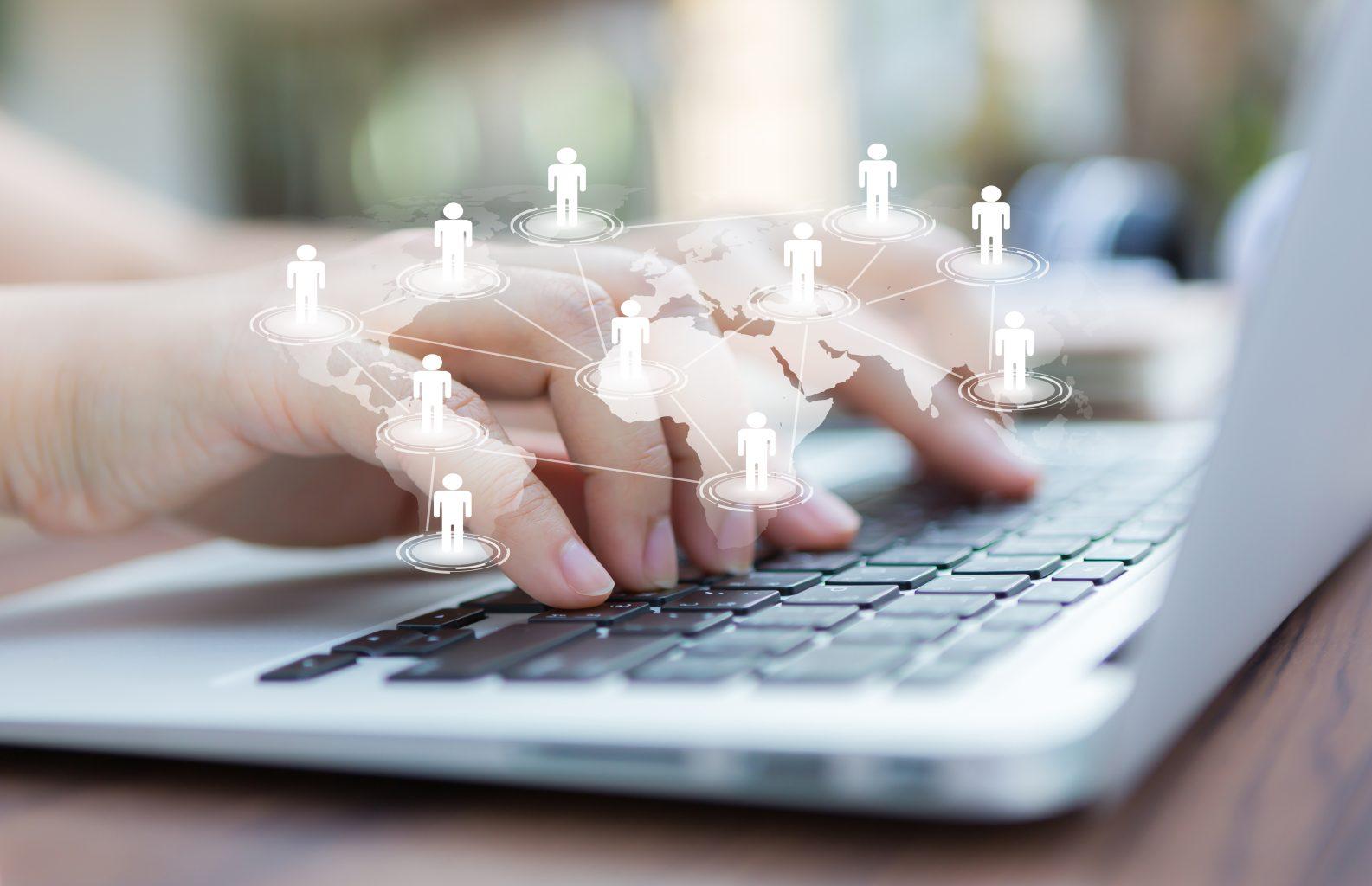 Weltkarte mit Personen Hände an Tastatur