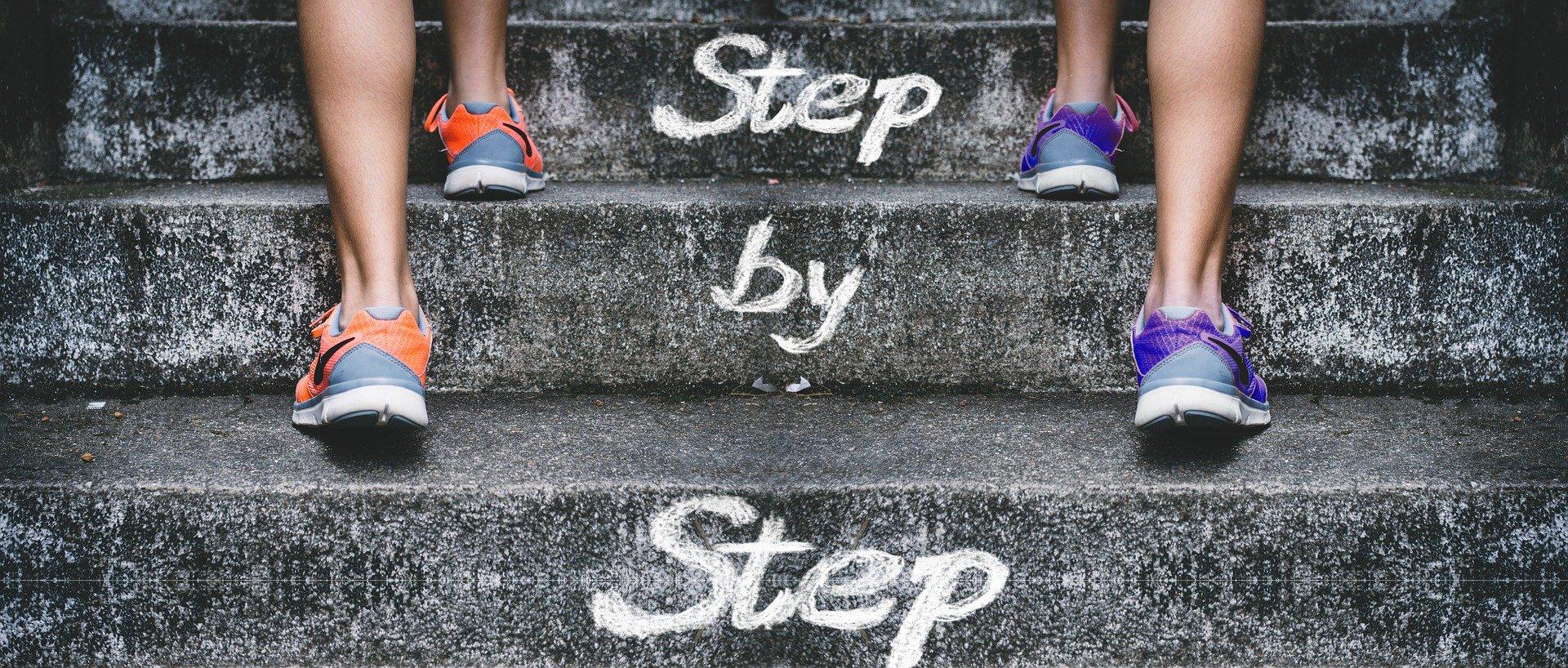 Treppt mit step by step Aufschrift