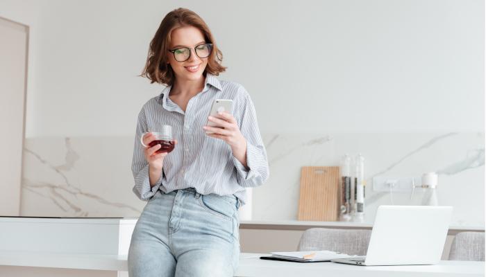 Frau mit Handy in der Hand