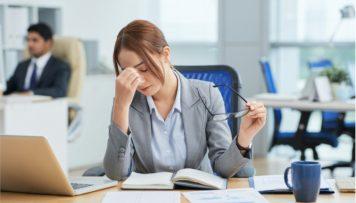 Frau ist gestresst von ihrere Arbeit Gefährdungbeurteilung