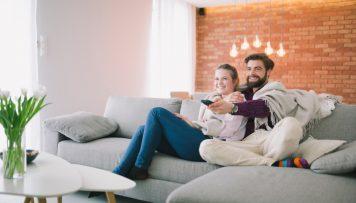 Paar vor dem Fernseher HbbTV