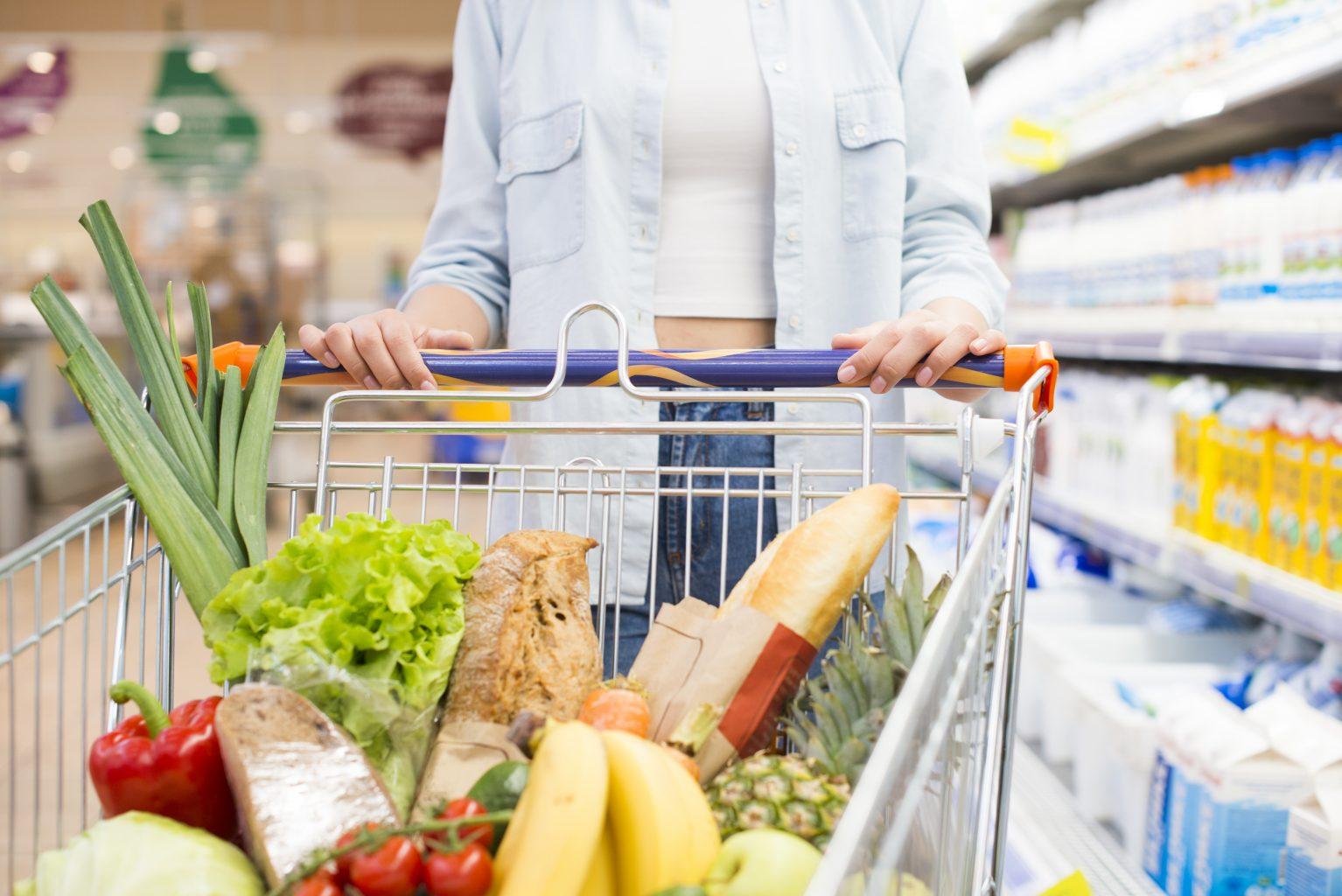 Frau geht einkaufen B2B