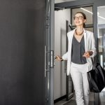 Frau verlässt Gebäude