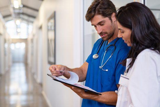 Doktor und Krankenschwester