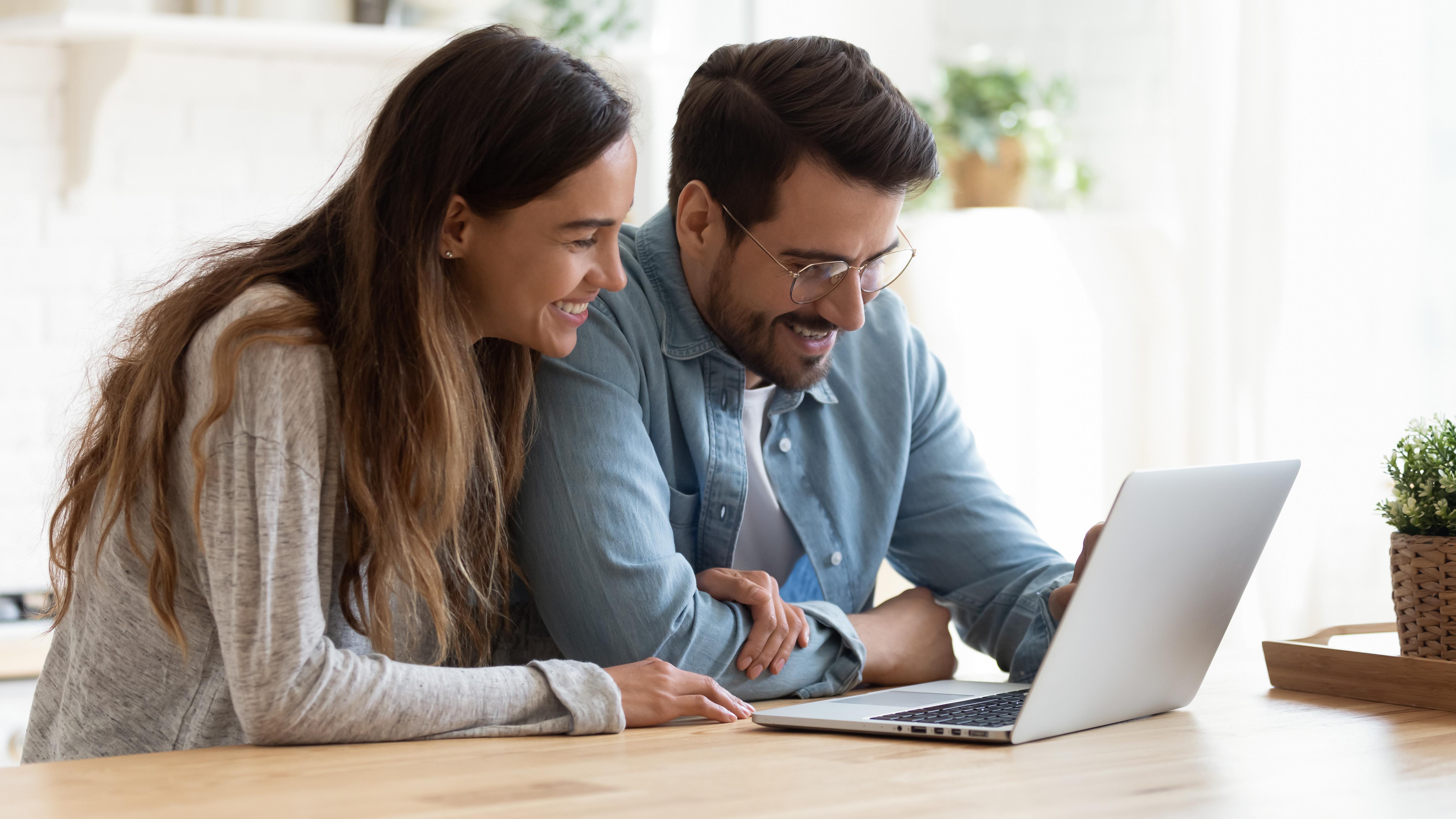 Paar glücklich vor dem Laptop