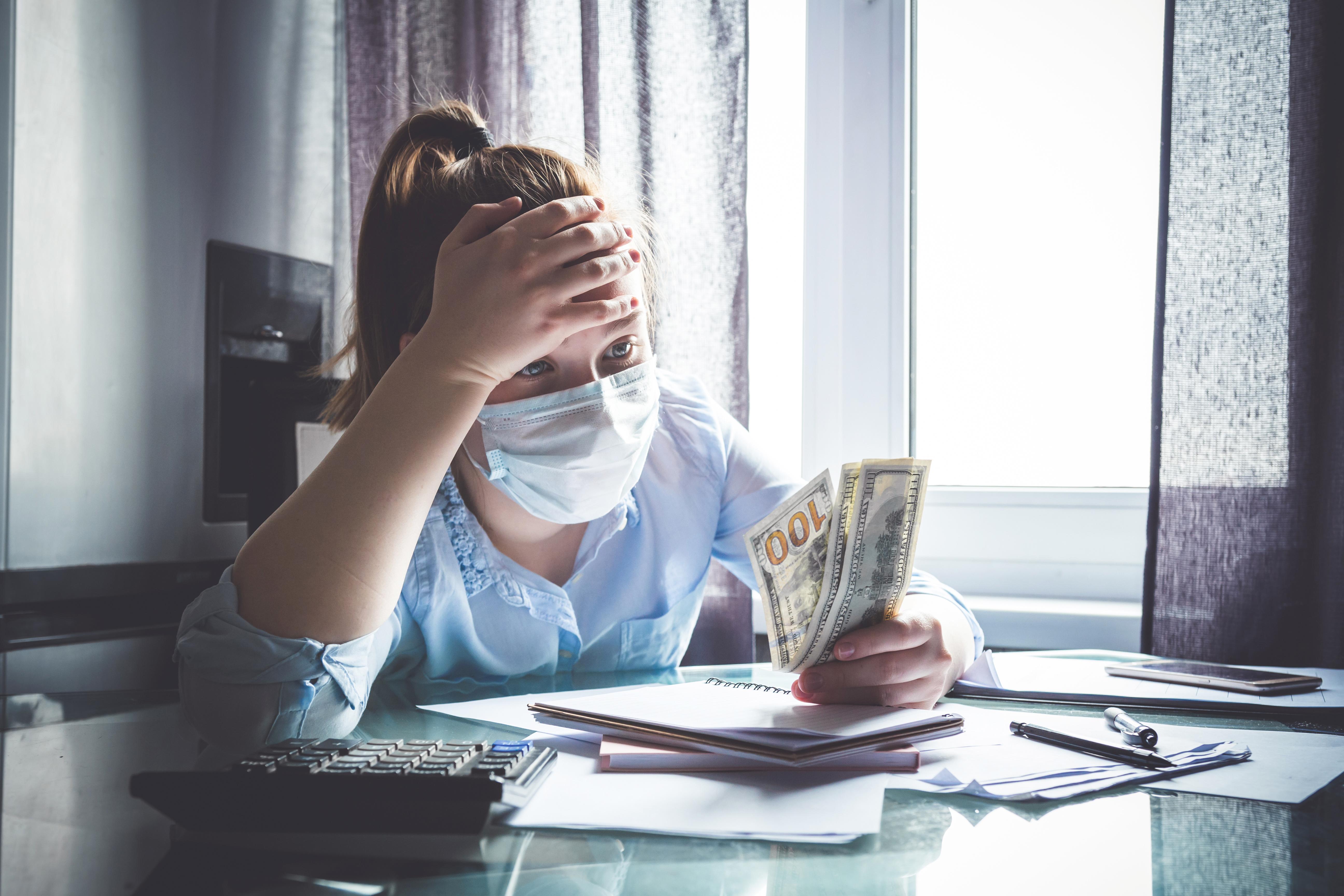 Mädchen macht sich finanzielle Sorgen in Zeiten von Corona