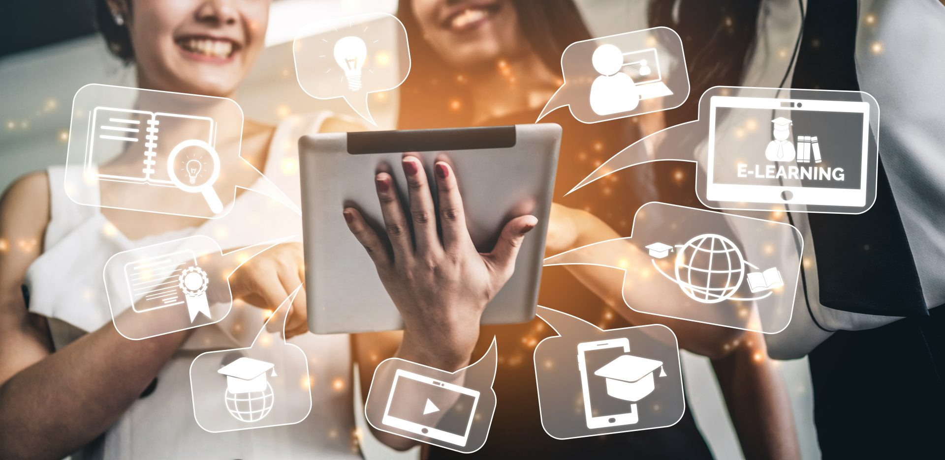 E-learning und Online Education zwei Frauen vor Tablet