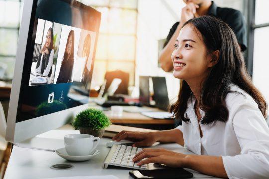 Video Konferenz, Teelemeeting, Frau vor PC und Videos von 3 anderen Personen