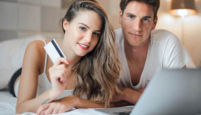 Junges Paar Onlinebanking