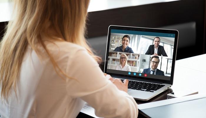 Mitarbeiterin in einer Skype-Konversation im Home-Office
