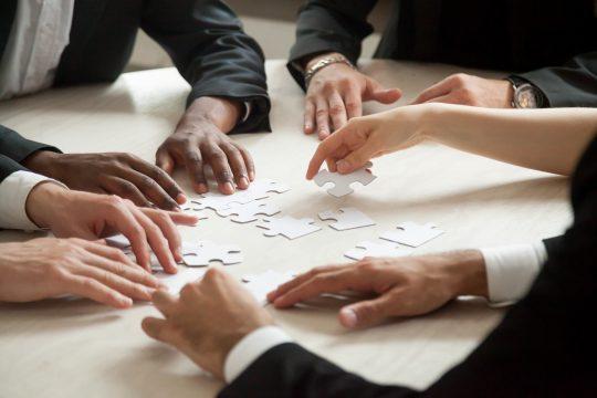 Team setzt Puzzle zusammen