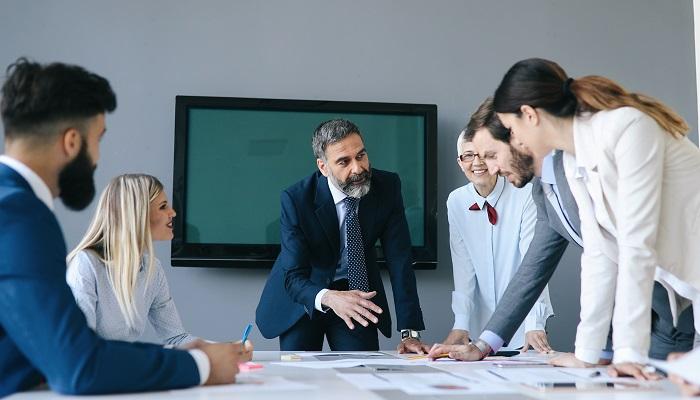 Führungkraft leitet sein Team, Führungskräftefeeback