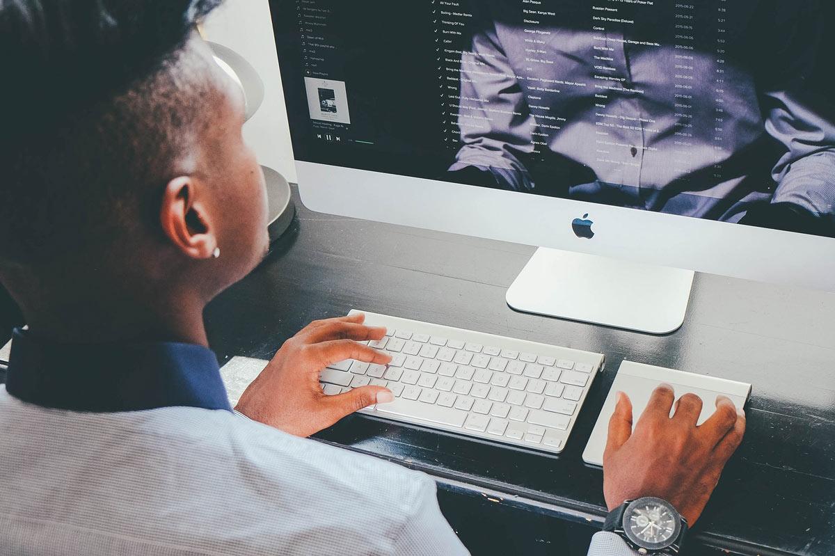 Mann arbeitet mit Mac