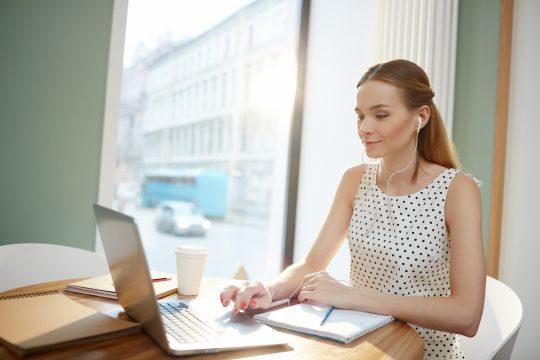 Frau nimmt an Online-Seminar teil