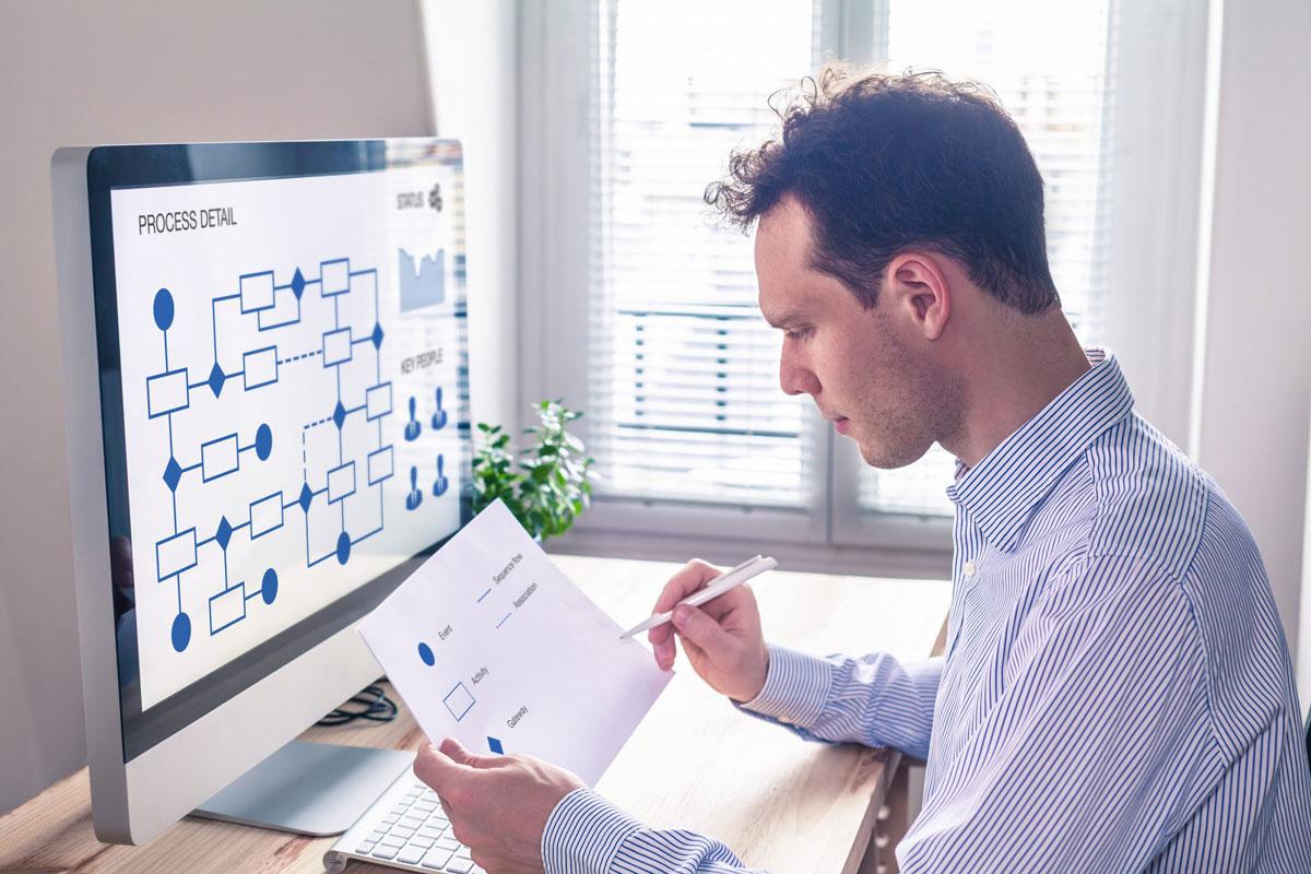 Geschäftsmann managt den Prozess im Unternehmen