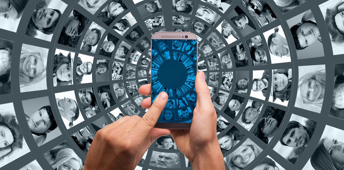 Handy in der Mitte richtet Kamera auf abstrakten Hintergrund