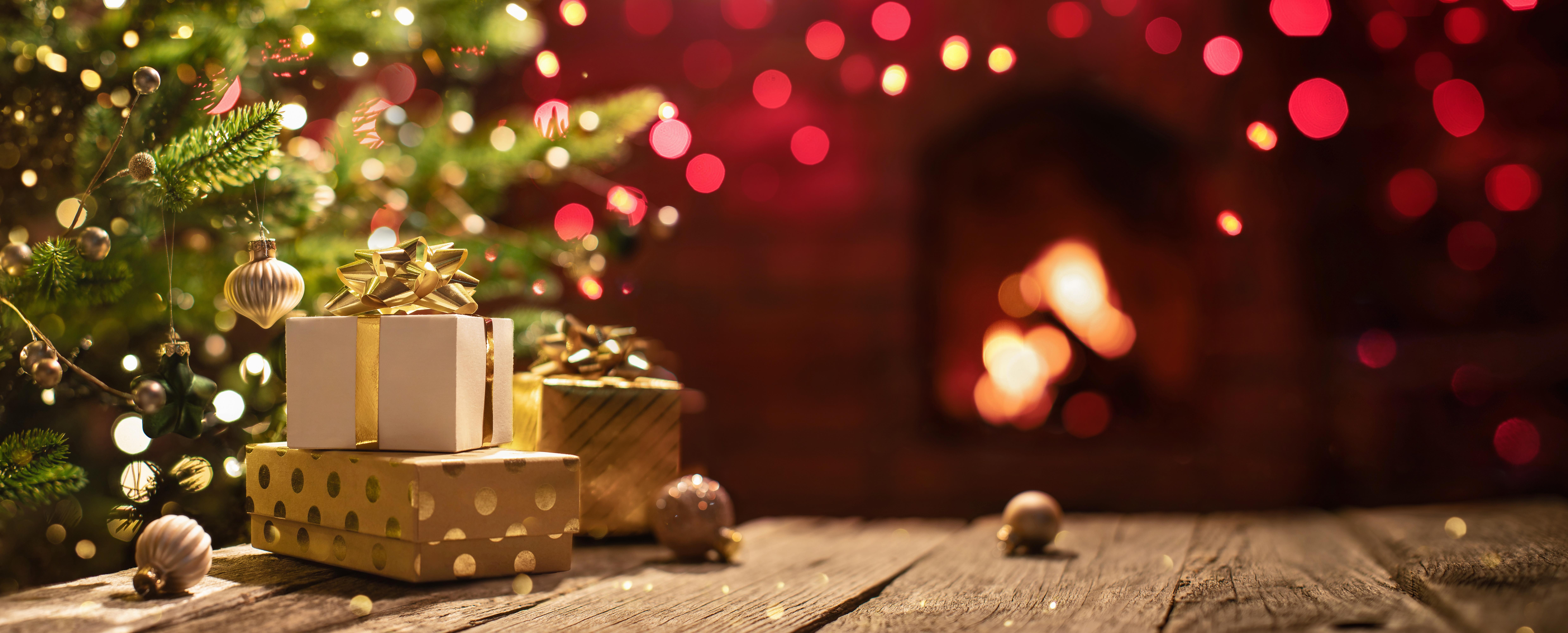 Weihnachtsbaum mit Geschenken und Dekoration