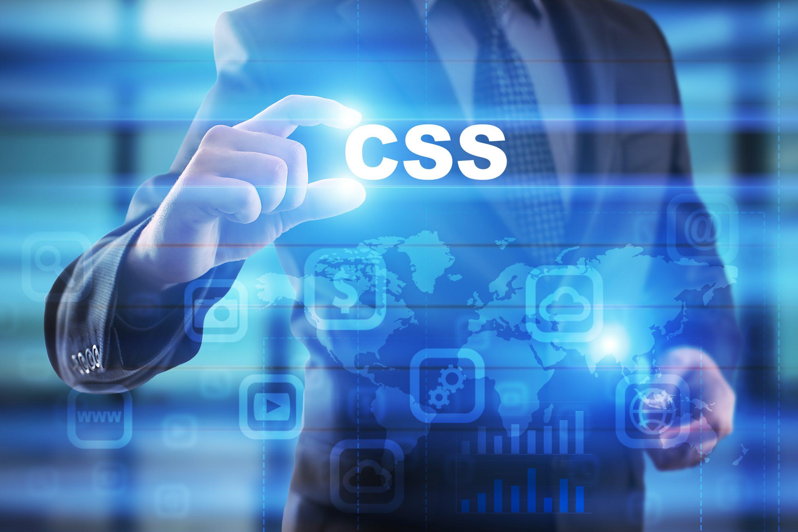 Mann mit Anzug greift CSS Schriftzug