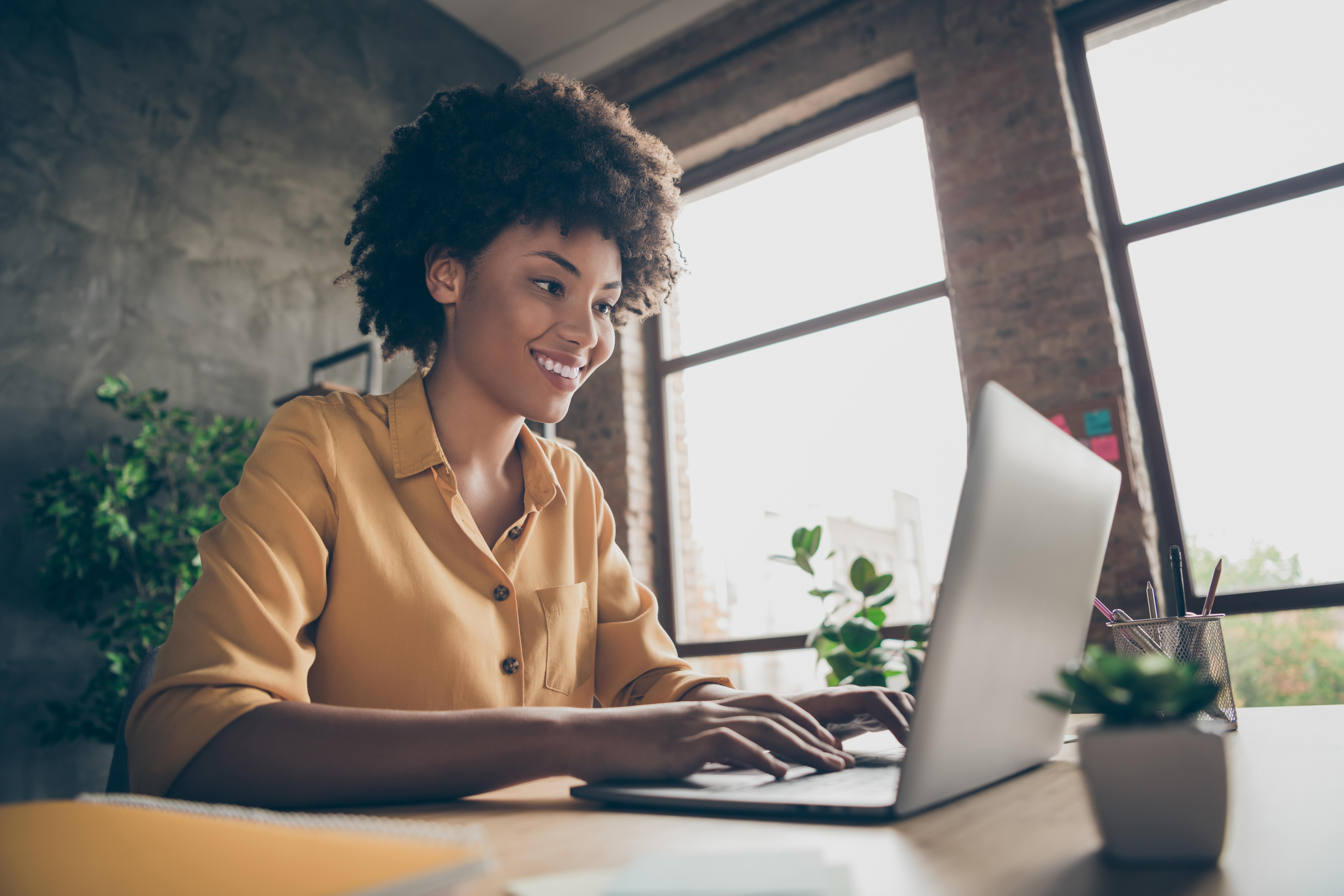 Geschäftfrau arbeitet am Laptop