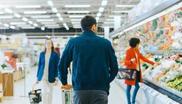 Personen kaufen Lebensmittel ein
