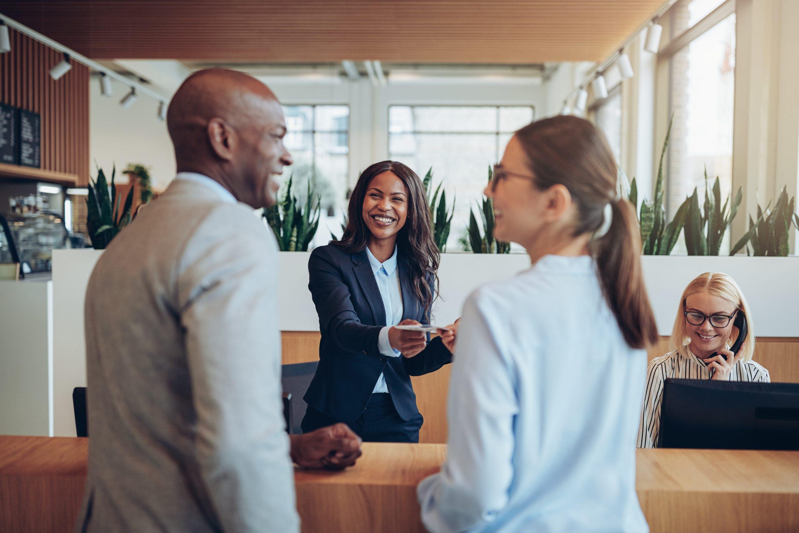 Glückliche Kunden erhalten eine Beratung