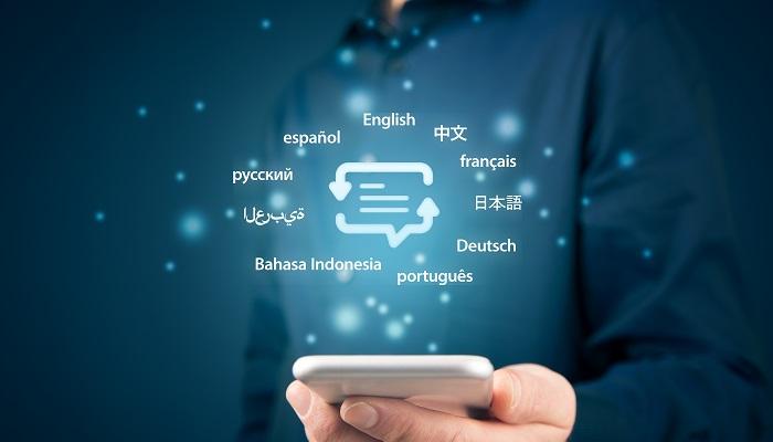 Mann mit Handy in der Hand Übersetzungzeichen verschiedene Sprachen