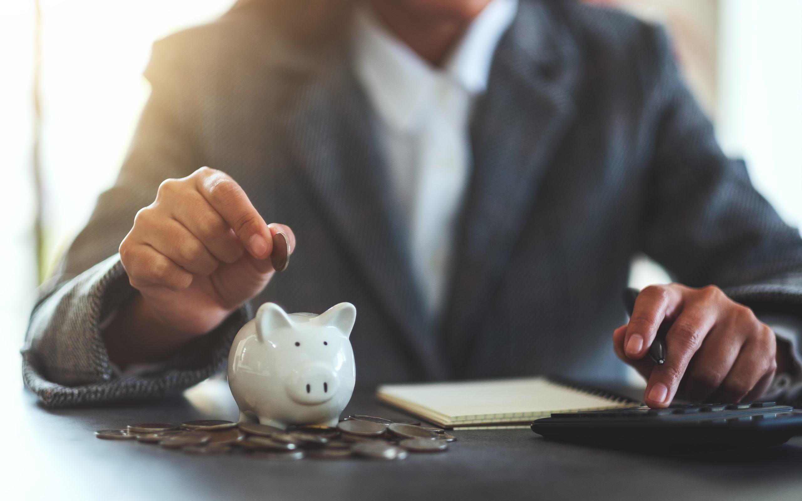 Mann verwaltet seine Finanzen