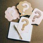 Vier Fragezeichen in Pastellfarben