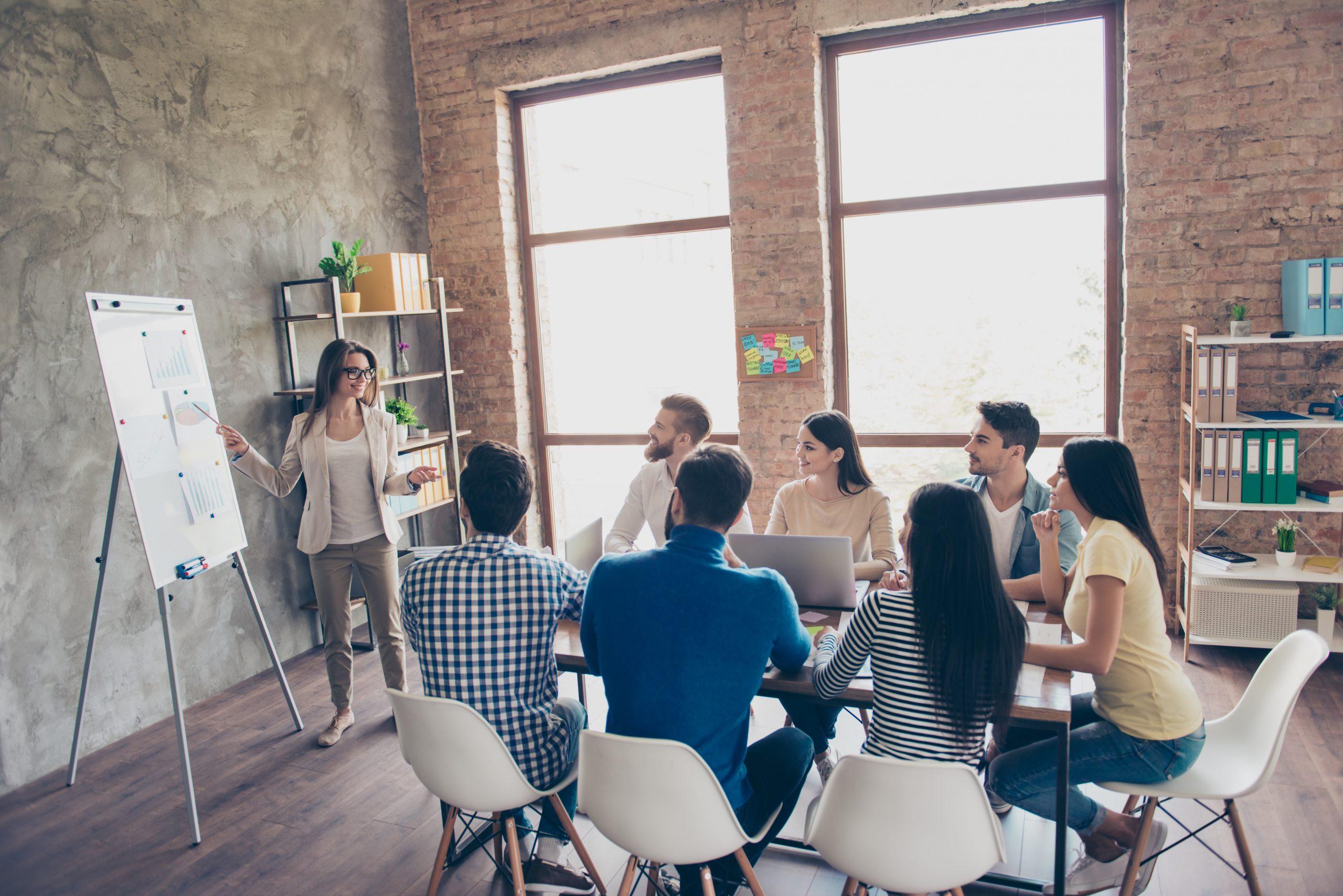 Führungskraft übermittelt dem Team die Ergebnisse der Mitarbeiterbefragung