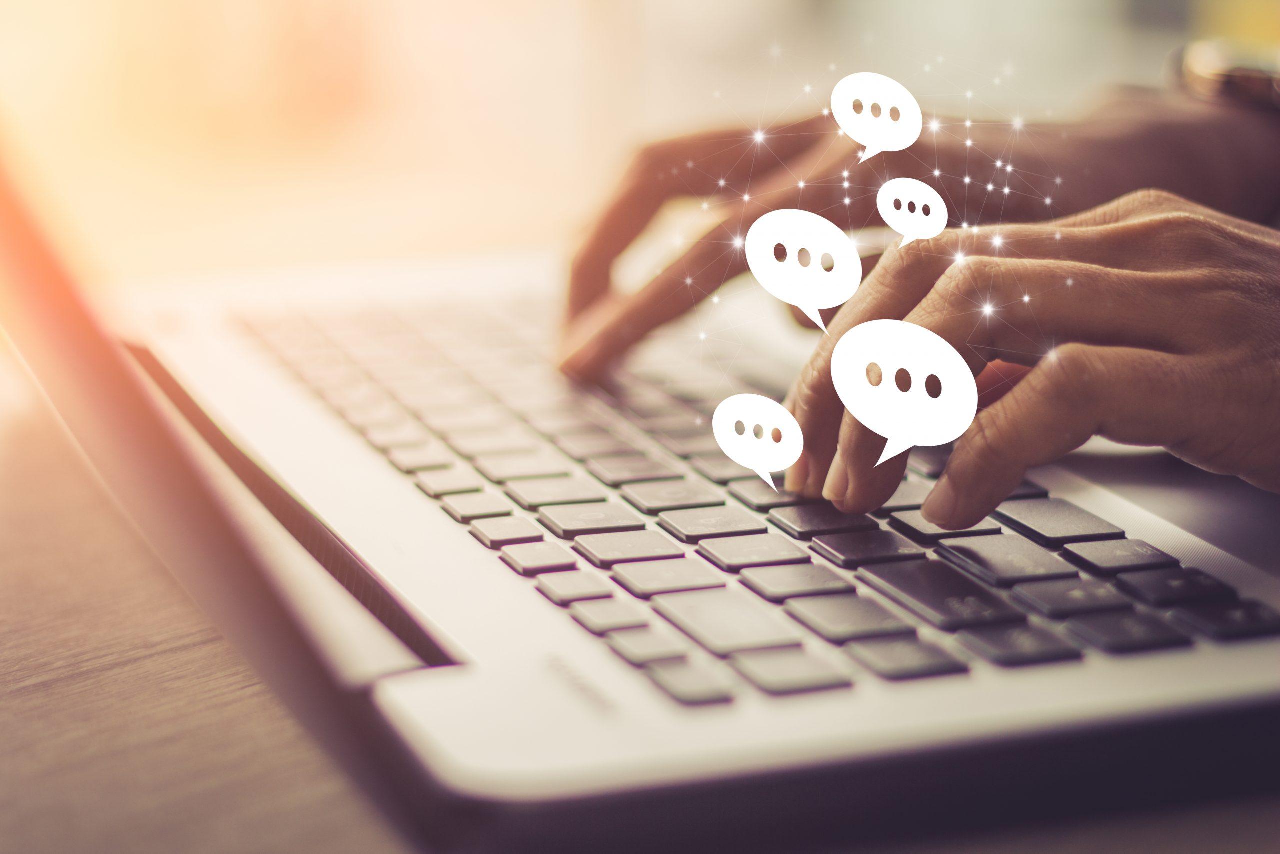 Person beantwortet Frei-Text auf dem Laptop