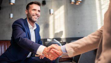 Männer im Anzug führen ein Gespräch über das Geschäft