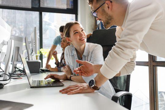 Führungskraft leitet die Mitarbeiterin aus seinem Team an