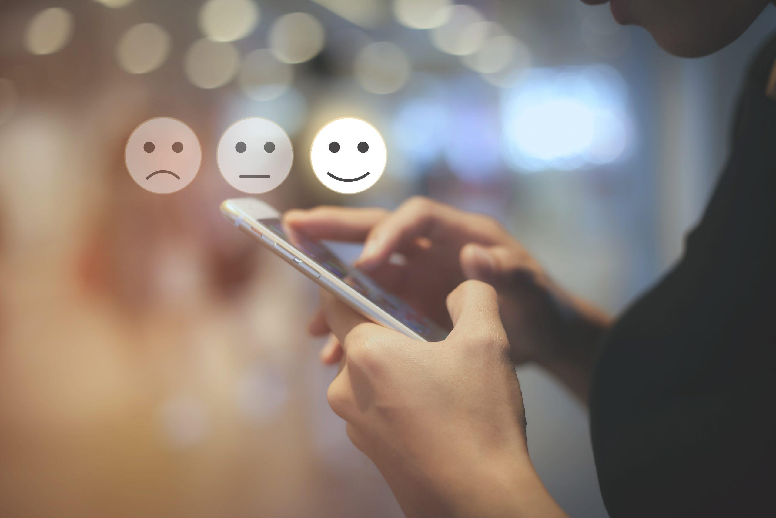 Business Frau füllt mobile Umfrage am Smartphone aus